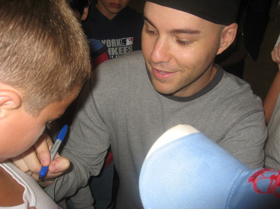 zack_signing_autographs_2007.jpg