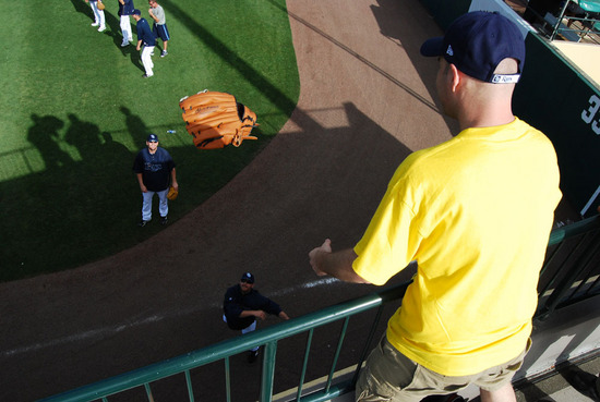 rays_returning_big_glove.jpg