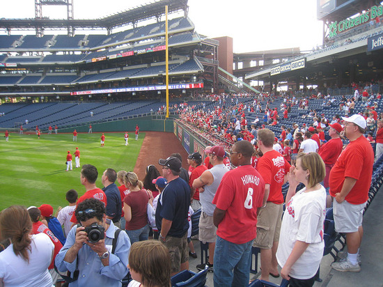 17_crowded_during_batting_practice_07_06_09.jpg