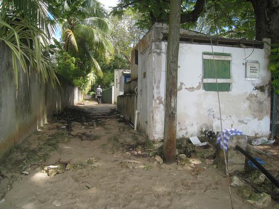 95_deserted_alley_off_beach.JPG