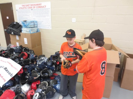 21_kids_inspecting_catchers_mitts