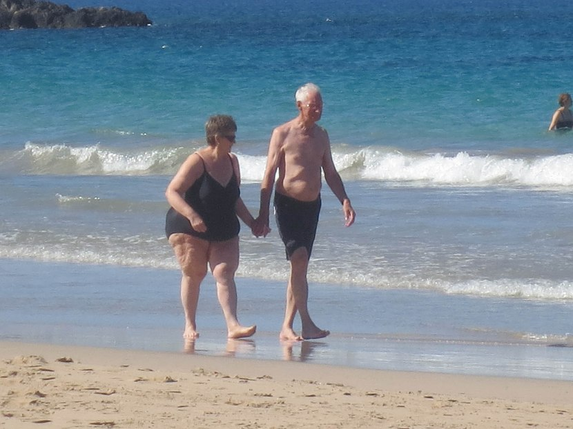 440_couple_walking_on_the_beach