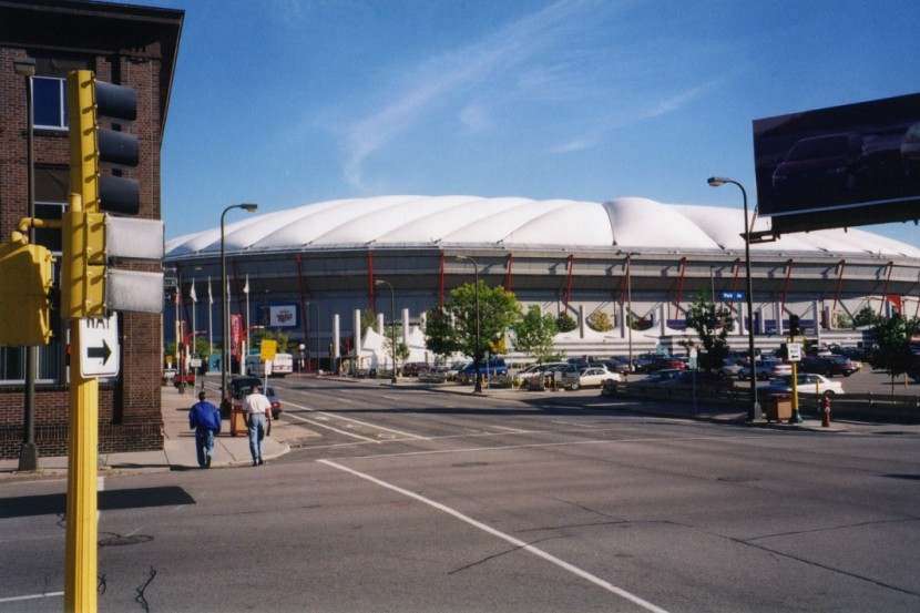 1_outside_the_metrodome_09_24_99