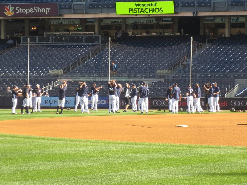 1_yankees_stretching_04_30_13