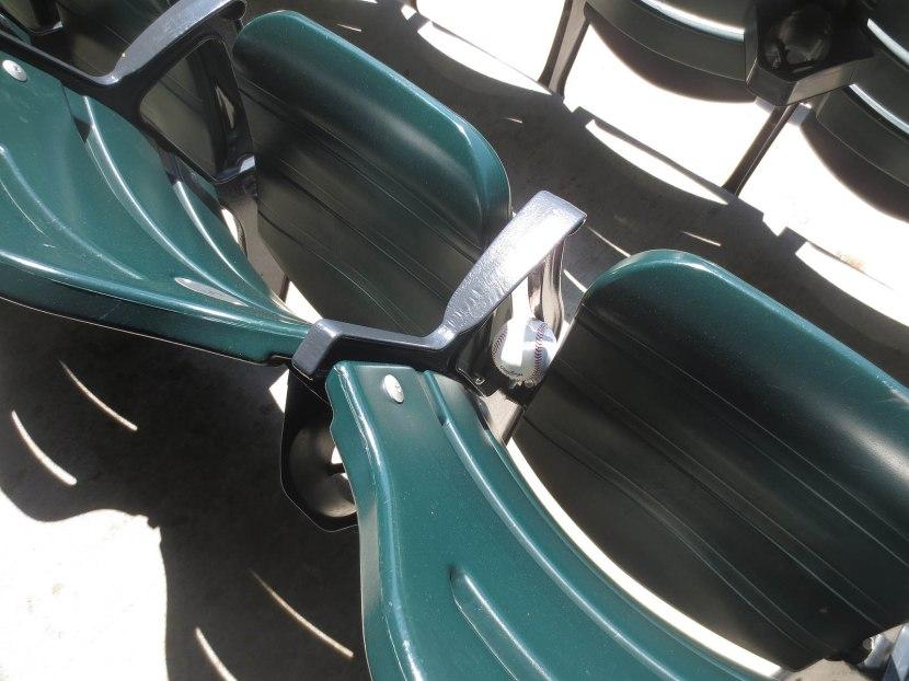 3_ball6632_between_seats
