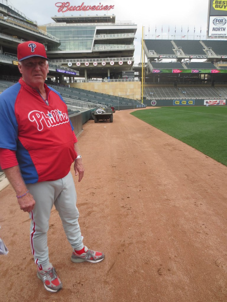 5_charlie_manuel_standing_around