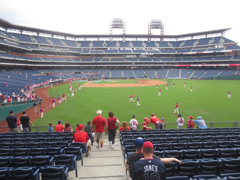 29_phillies_playing_catch_08_03_13