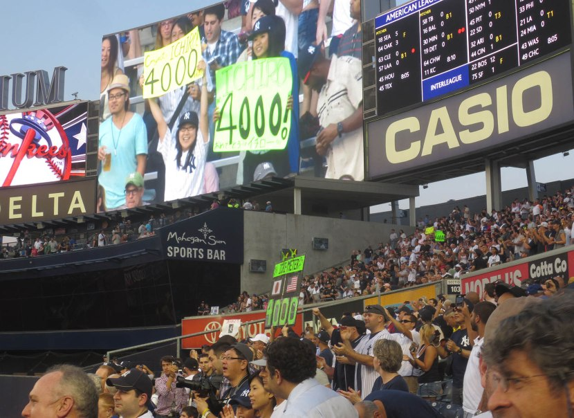 31_fans_with_signs_for_ichiro_4000