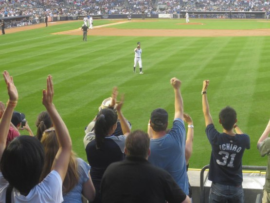 33_ichiro_waving_to_the_crowd_08_21_13