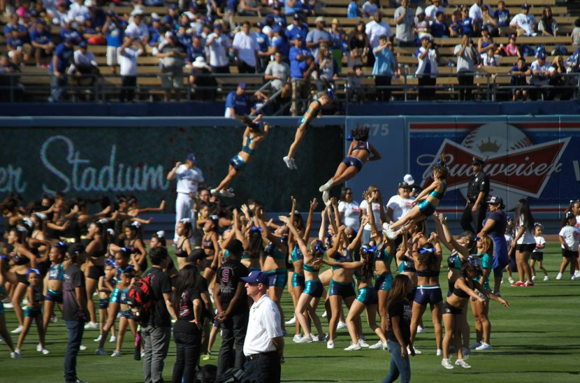 39_cheerleaders_on_the_field