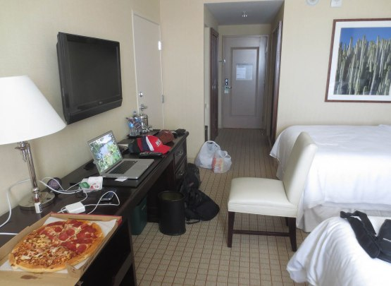 4_pizza_hut_in_hotel_room