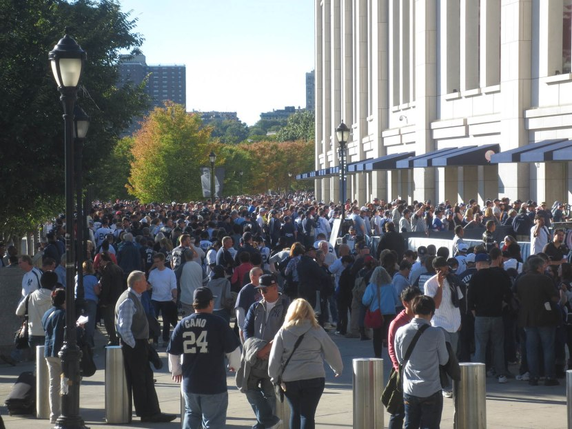 1_crowd_outside_stadium_for_mariano_rivera_bobbleheads