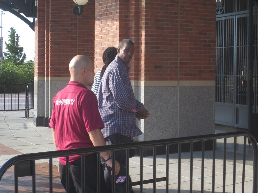 1_dwight_gooden_entering_stadium