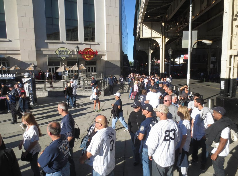 2_crowd_outside_stadium_for_mariano_rivera_bobbleheads