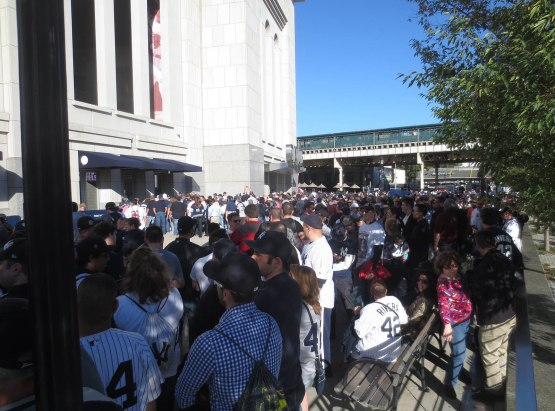 3_crowd_outside_stadium_for_mariano_rivera_bobbleheads