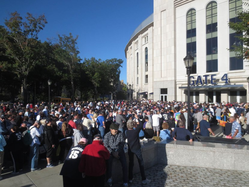 7_crowd_outside_stadium_for_mariano_rivera_bobbleheads