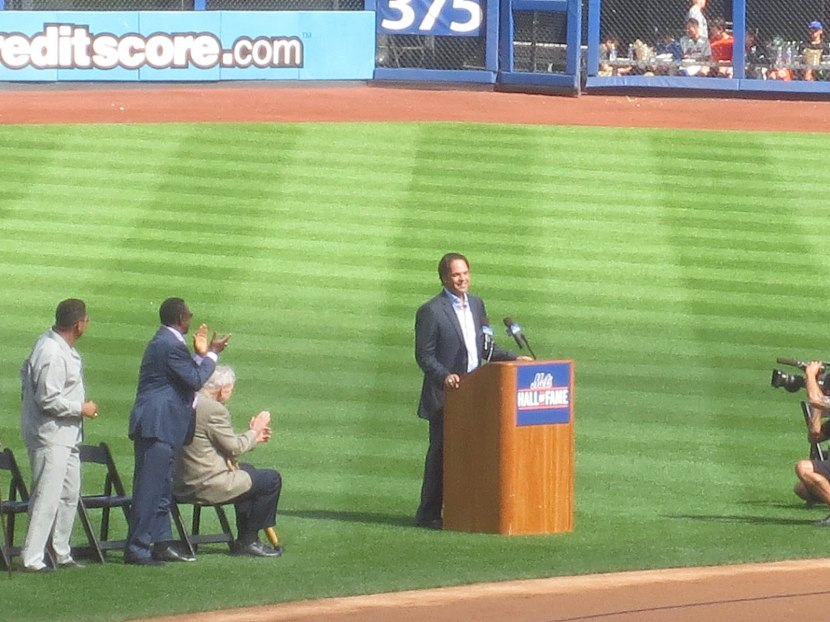 21_mike_piazza_at_the_podium
