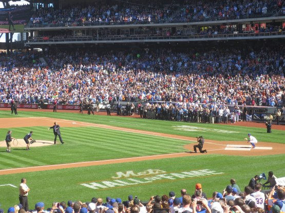 22_mike_piazza_ceremonial_first_pitch_to_david_wright