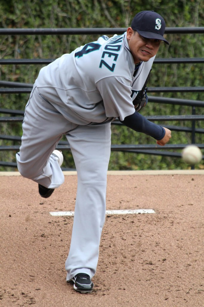 12_felix_hernandez_warming_up