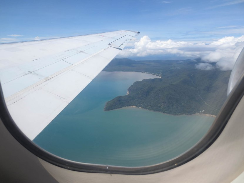 737_flying_out_of_cairns