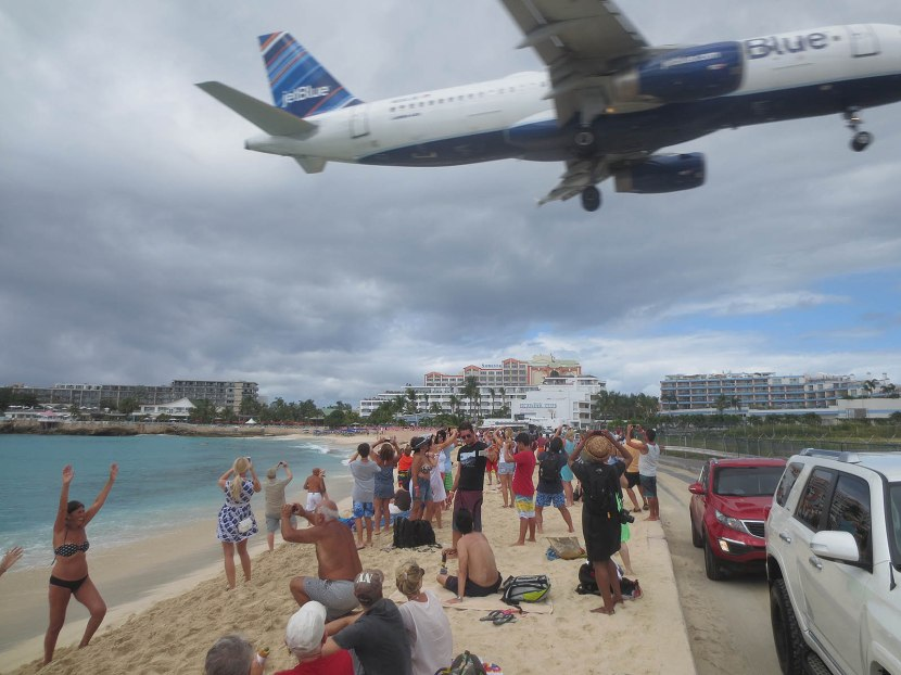 315_airplane_flaying_low_over_maho_beach