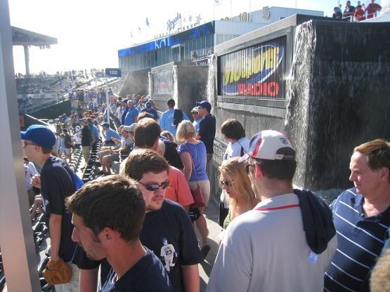 33_LF_walkway_crowded