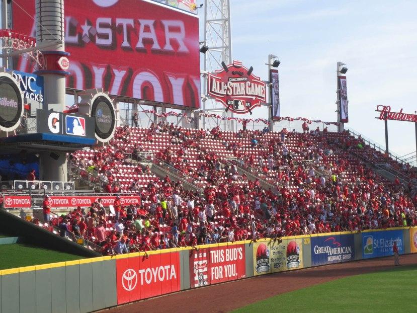 32_crowd_in_right_field