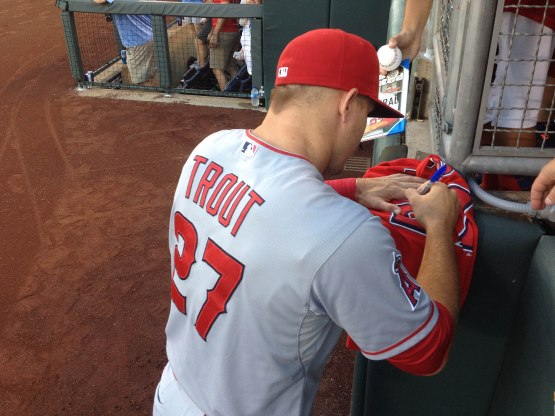 23_mike_trout_signing_autographs