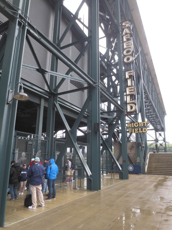 1_fans_outside_safeco_field_right_field_gate