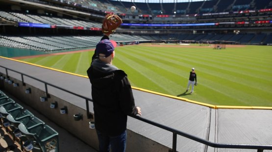 1_zack_catching_ball8836