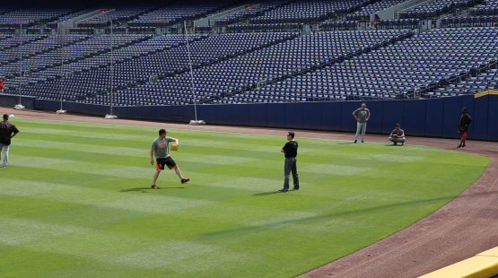 6_matt_cain_playing_catch_with_ball8919