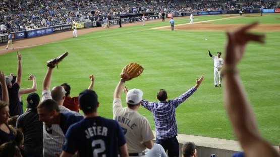 25_aaron_hicks_throwing_warm_up_ball