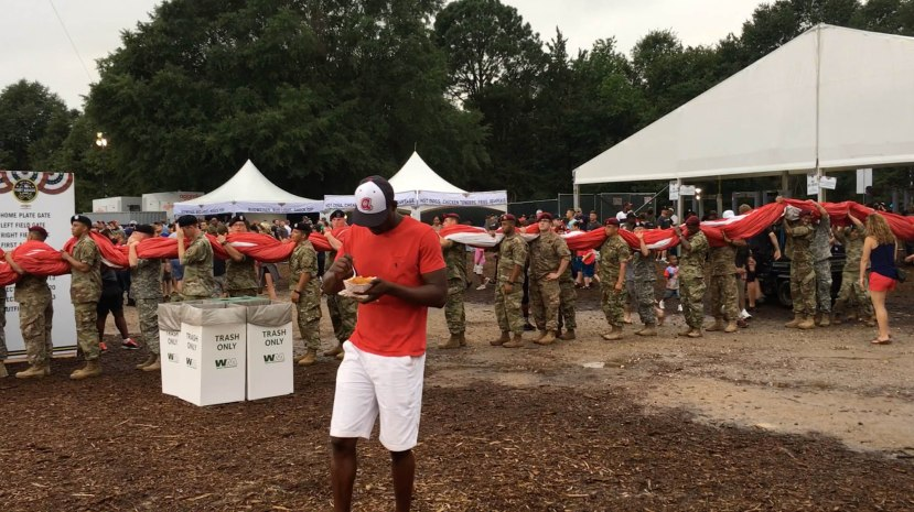 33_soldiers_holding_the_huge_flag