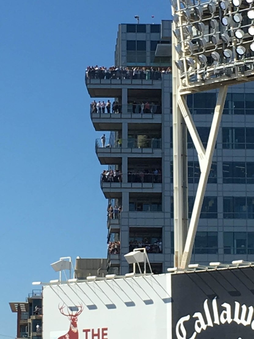 28_people_on_building_balconies